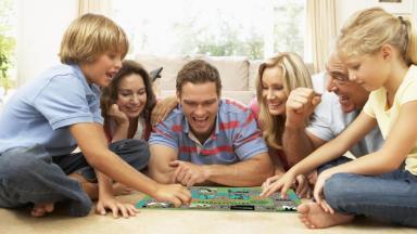 «Не в деньгах счастье». Минфин учит играть и жить