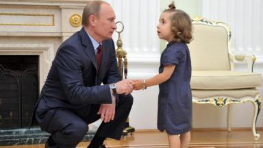 Вместо папы — Владимир Путин. Президент назначил новую выплату для одиноких родителей