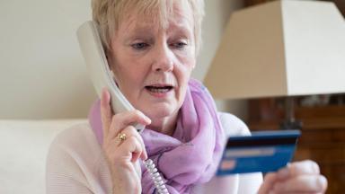 «Ты туда не ходи и сюда не ходи». Почему банки ограничивают денежные операции пожилых клиентов?