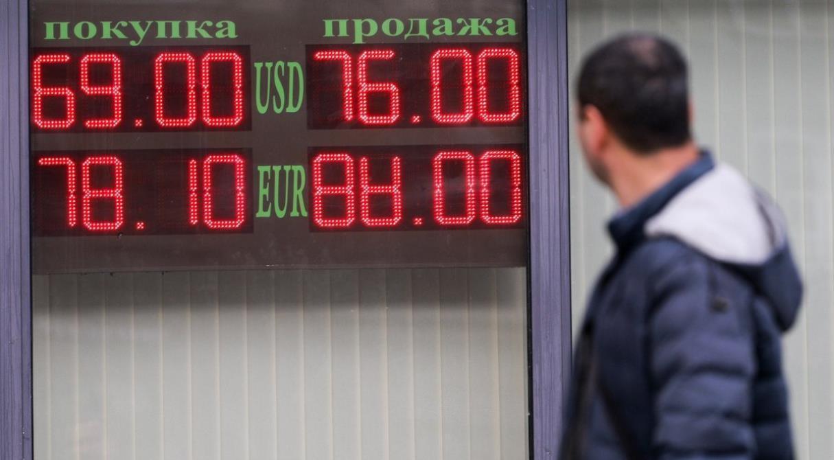 Не торопитесь покупать валюту. Доллар вернётся к отметке 61 рубль