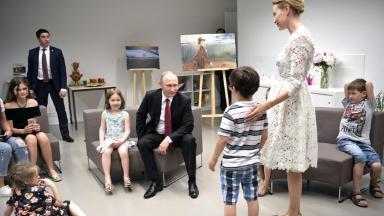 Путин увеличит пособие молодым родителям на 40%
